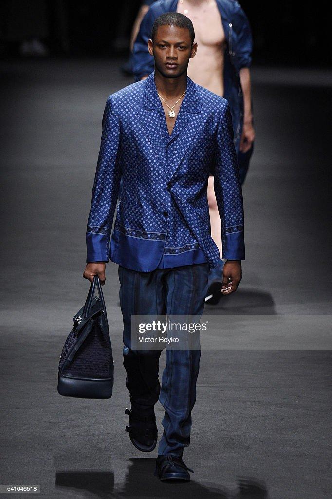 Versace - Runway - Milan Men's Fashion Week SS17 : Nieuwsfoto's