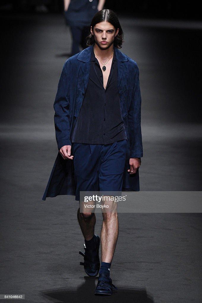 Versace - Runway - Milan Men's Fashion Week SS17 : News Photo