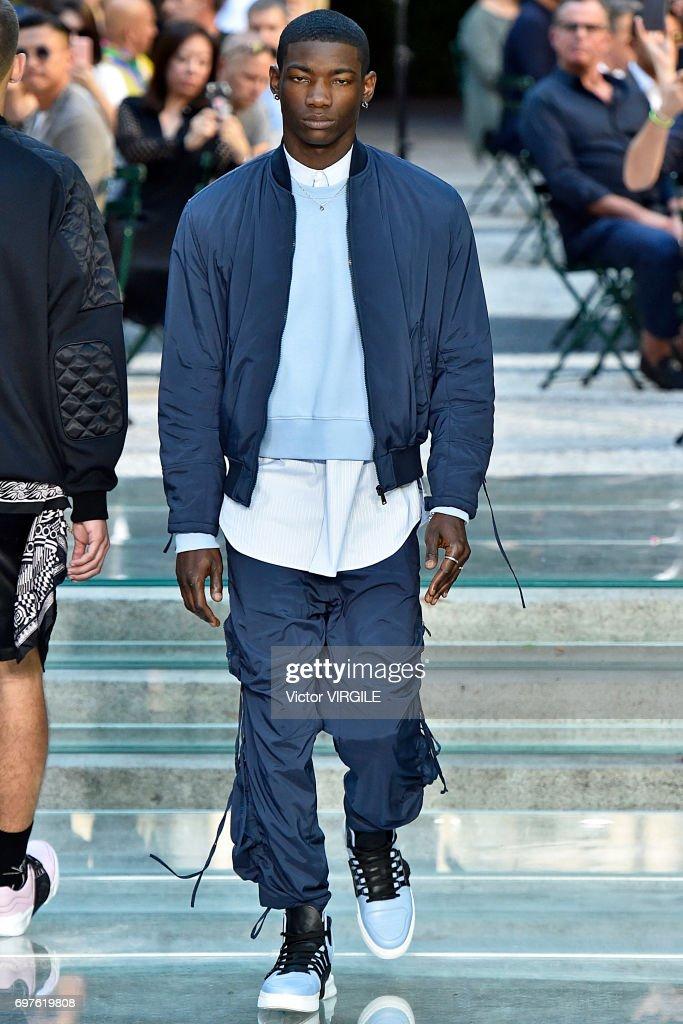Versace - Runway - Milan Men's Fashion Week Spring/Summer 2018 : News Photo