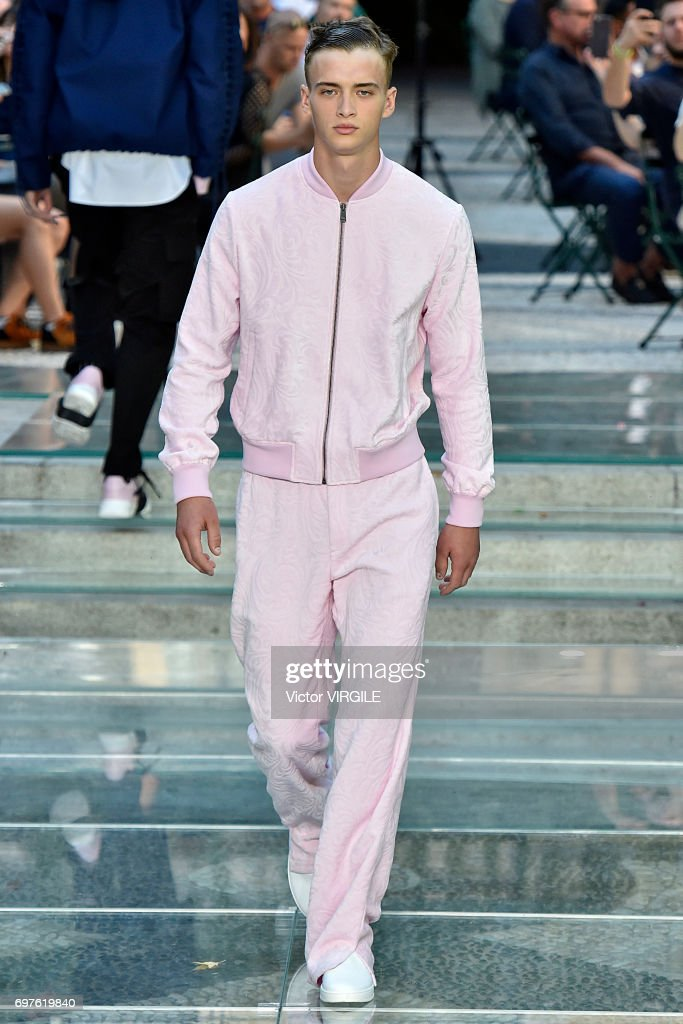 Versace - Runway - Milan Men's Fashion Week Spring/Summer 2018 : News Photo