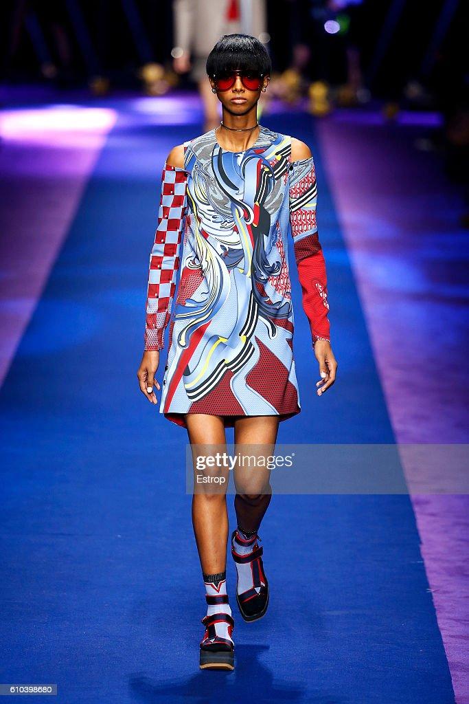 Versace - Runway - Milan Fashion Week SS17 : News Photo