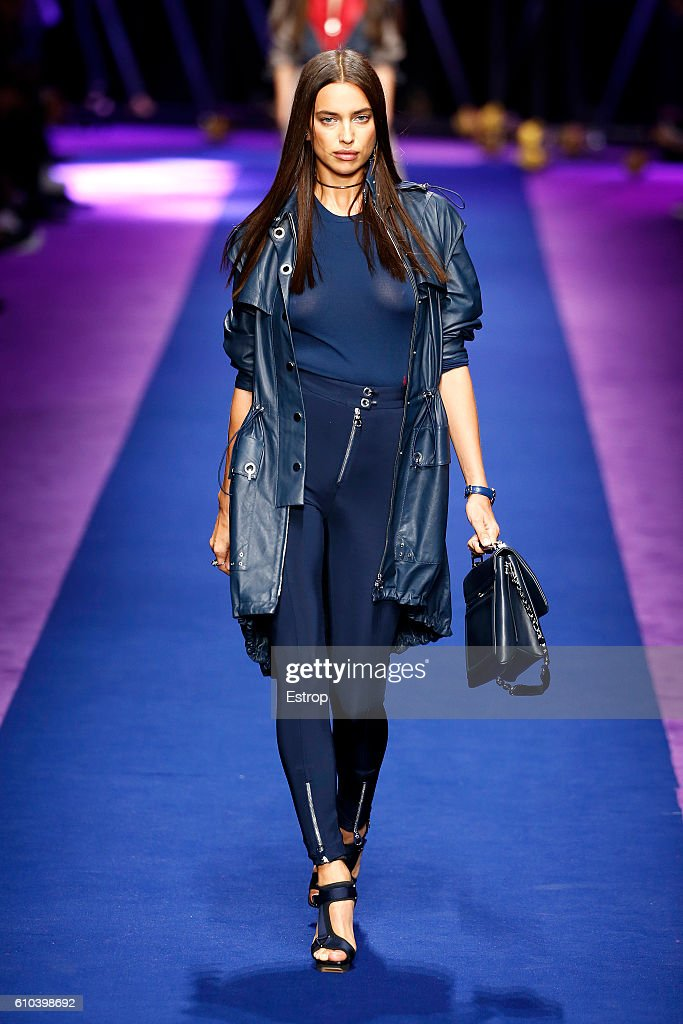 Versace - Runway - Milan Fashion Week SS17 : News Photo