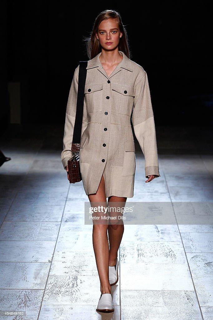 Victoria Beckham- Runway - Mercedes-Benz Fashion Week Spring 2015 : News Photo