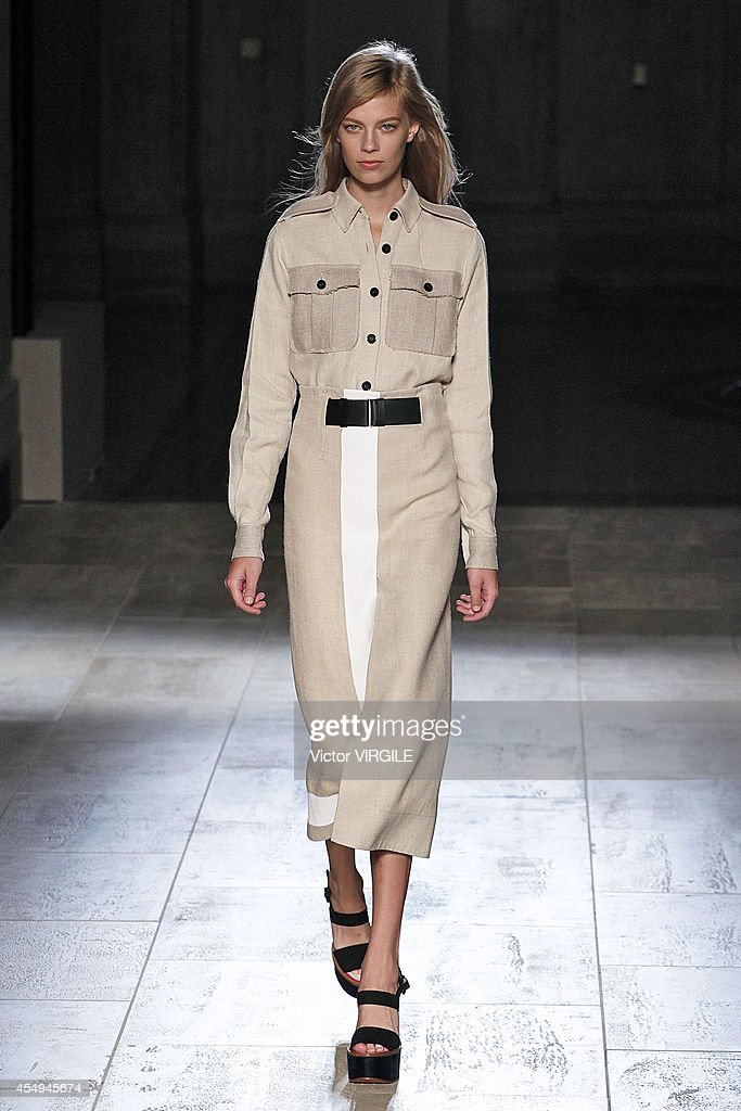 Victoria Beckham - Runway - Mercedes-Benz Fashion Week Spring 2015 : News Photo