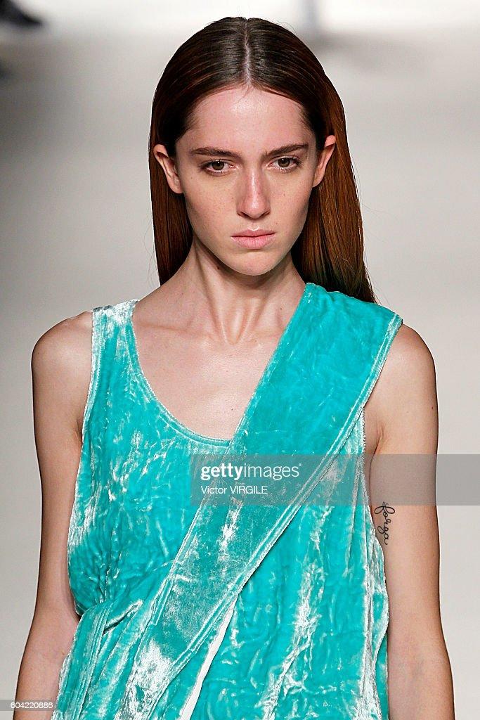 Victoria Beckham - Runway - September 2016 - New York Fashion Week : News Photo