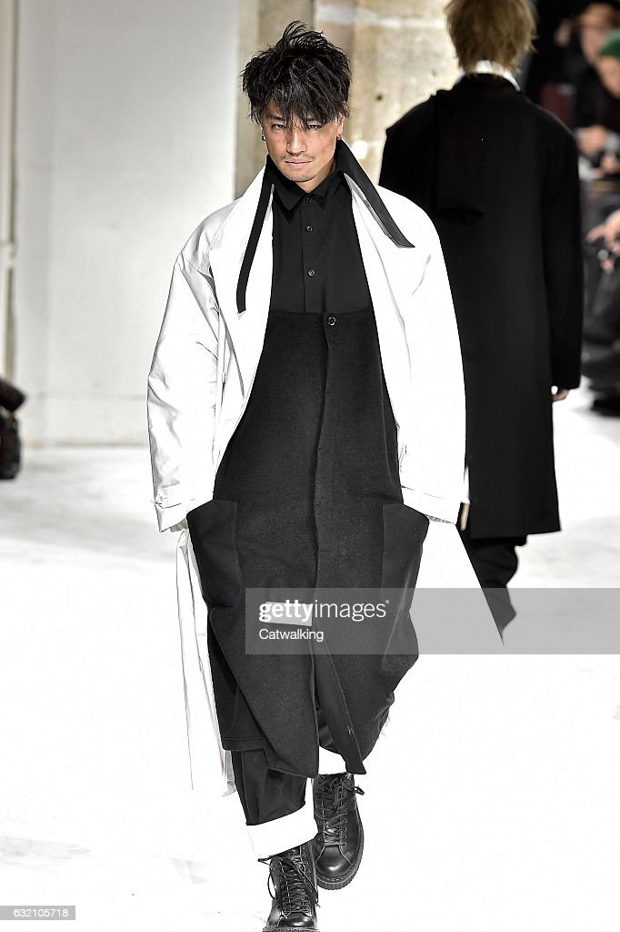 Yohji Yamamoto - Mens Fall 2017 Runway - Paris Menswear Fashion Week : ニュース写真