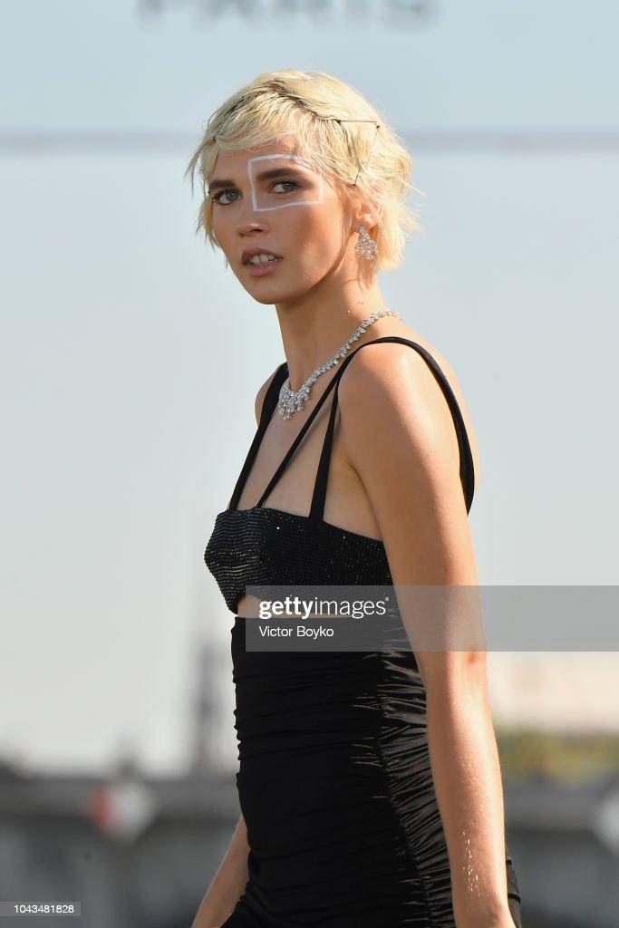 Le Defile L'Oreal Paris : Runway - Paris Fashion Week Womenswear Spring/Summer 2019 : Nachrichtenfoto