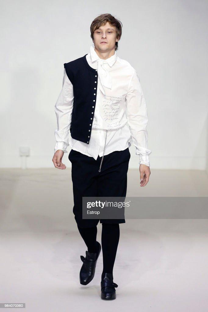 Agnes B.: Runway - Paris Fashion Week - Menswear Spring/Summer 2019 : ニュース写真