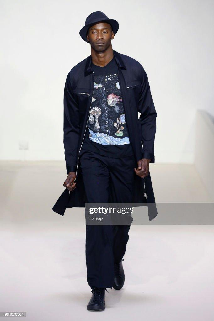 Agnes B.: Runway - Paris Fashion Week - Menswear Spring/Summer 2019 : Nachrichtenfoto