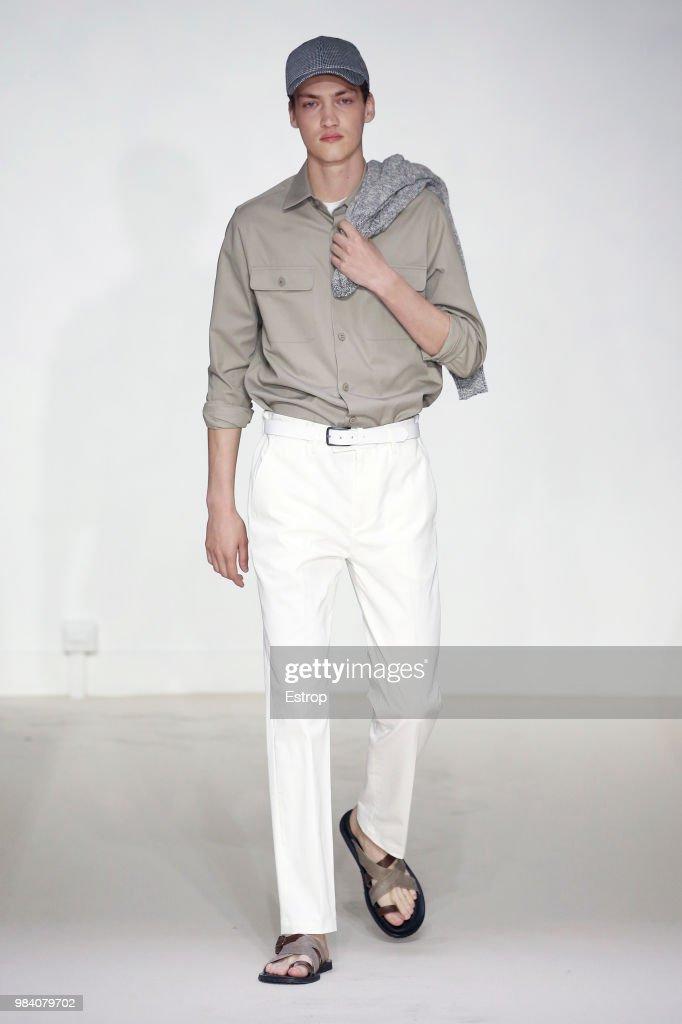 Agnes B.: Runway - Paris Fashion Week - Menswear Spring/Summer 2019 : Nyhetsfoto