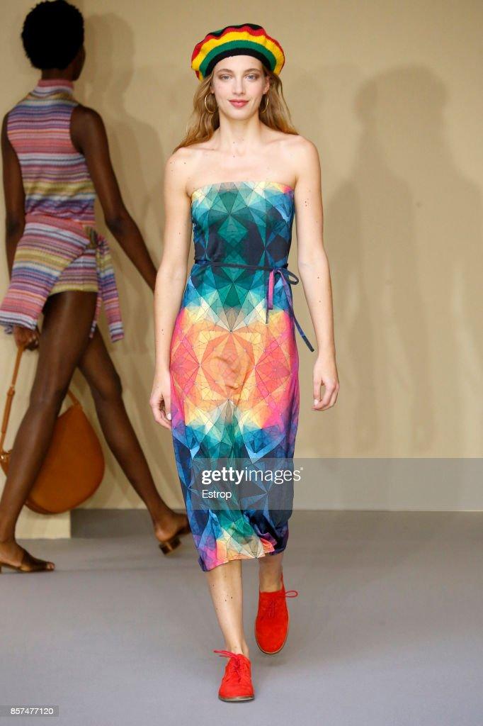 Agnes B : Runway - Paris Fashion Week Womenswear Spring/Summer 2018 : ニュース写真