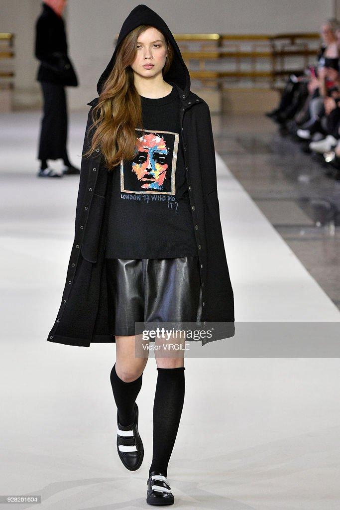 Agnes B : Runway - Paris Fashion Week Womenswear Fall/Winter 2018/2019 : ニュース写真