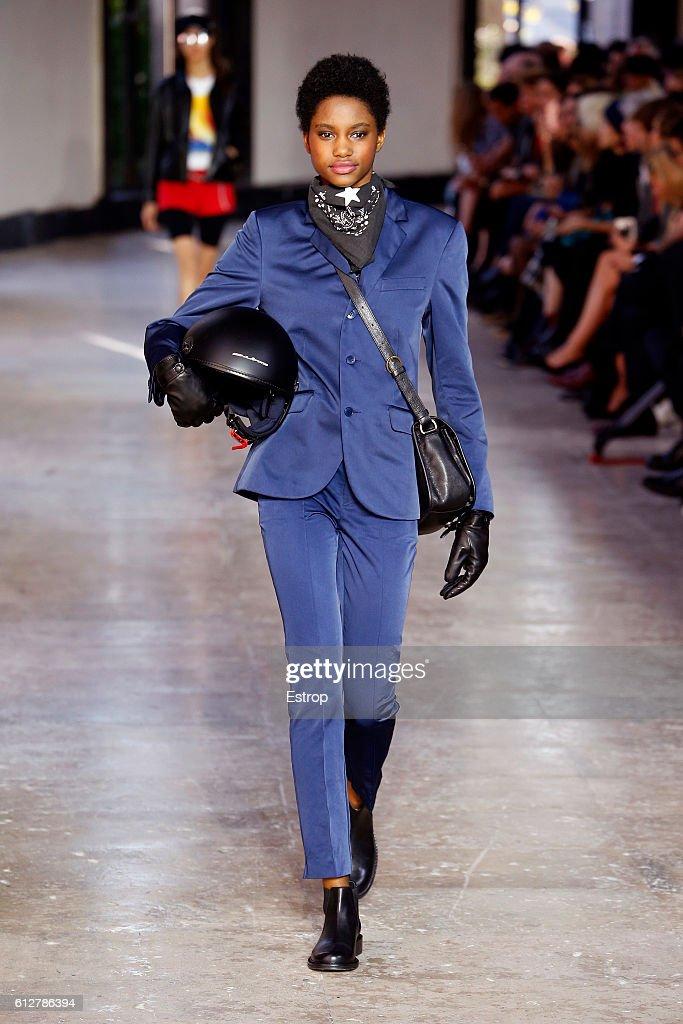 Agnes B : Runway - Paris Fashion Week Womenswear Spring/Summer 2017 : News Photo