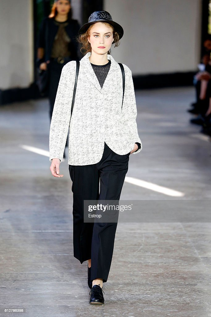 Agnes B : Runway - Paris Fashion Week Womenswear Spring/Summer 2017 : News Photo