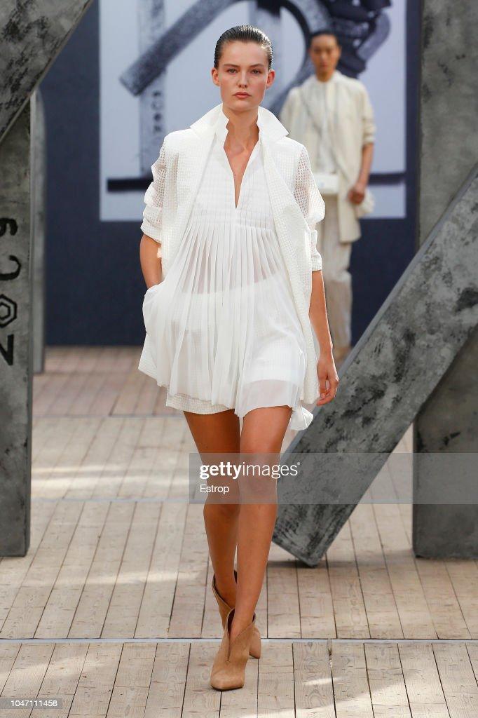 Akris : Runway - Paris Fashion Week Womenswear Spring/Summer 2019 : ニュース写真