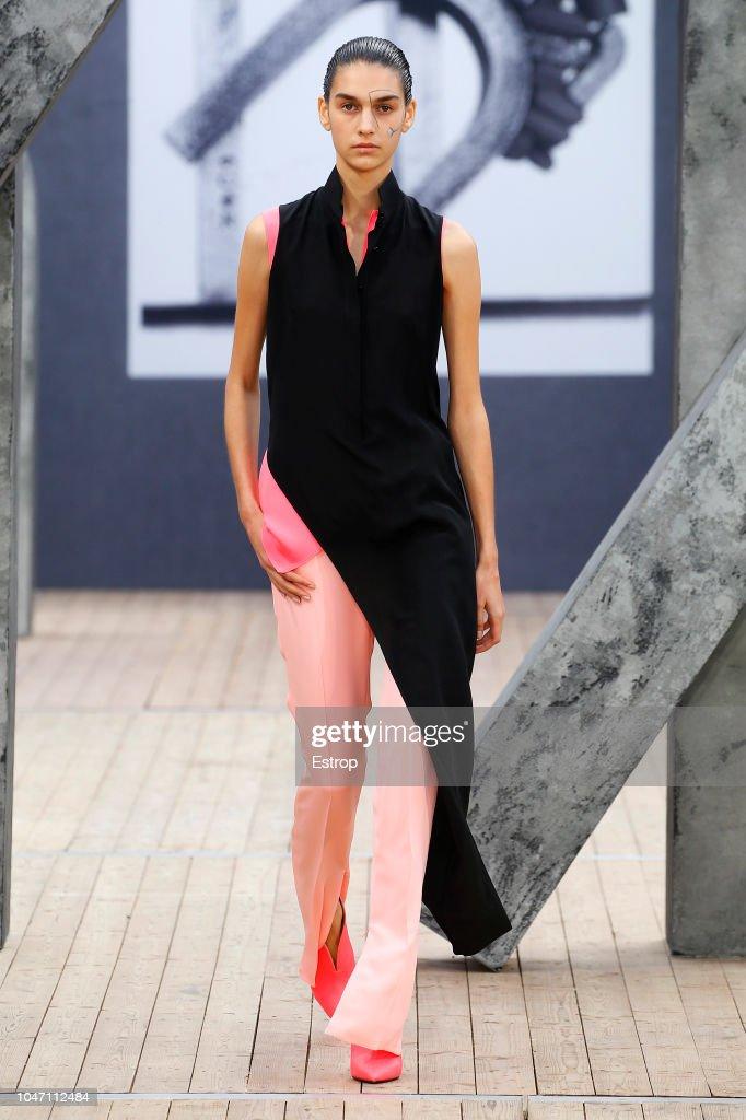 Akris : Runway - Paris Fashion Week Womenswear Spring/Summer 2019 : News Photo