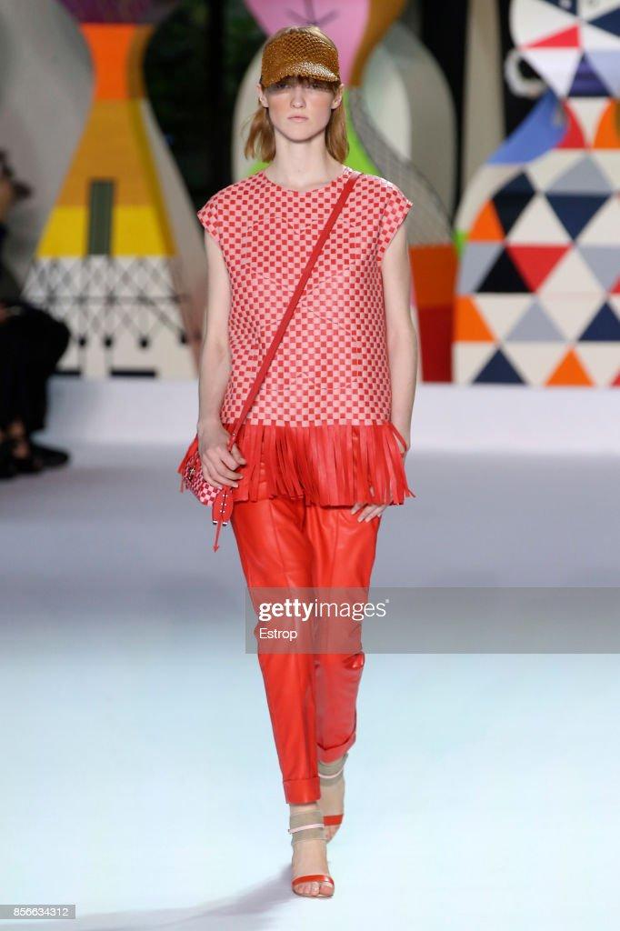 Akris : Runway - Paris Fashion Week Womenswear Spring/Summer 2018 : ニュース写真