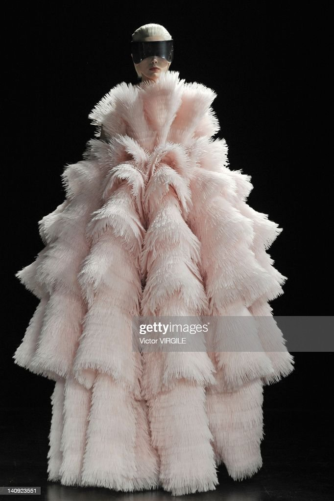Alexander McQueen: Runway - Paris Fashion Week Womenswear Fall/Winter 2012 : News Photo