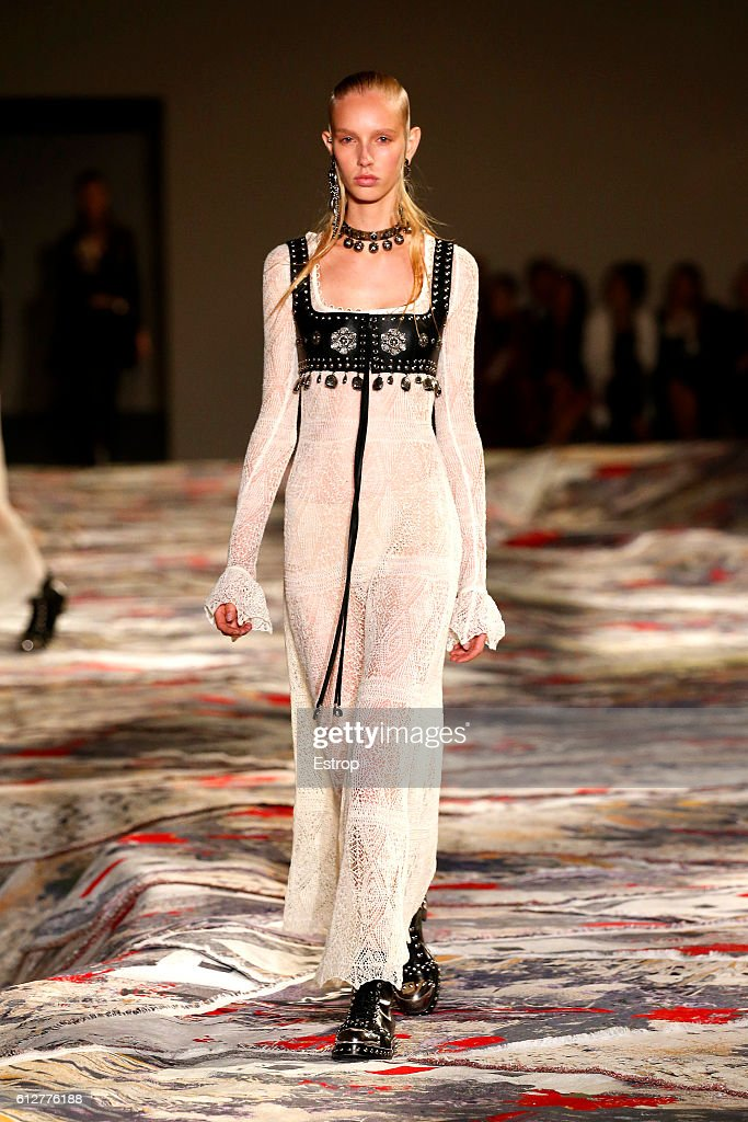 Alexander McQueen : Runway - Paris Fashion Week Womenswear Spring/Summer 2017 : News Photo