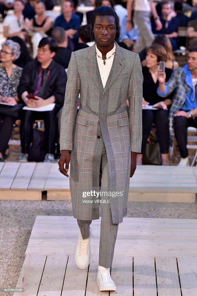 Alexander Mcqueen : Runway - Paris Fashion Week - Menswear Spring/Summer 2018 : ニュース写真
