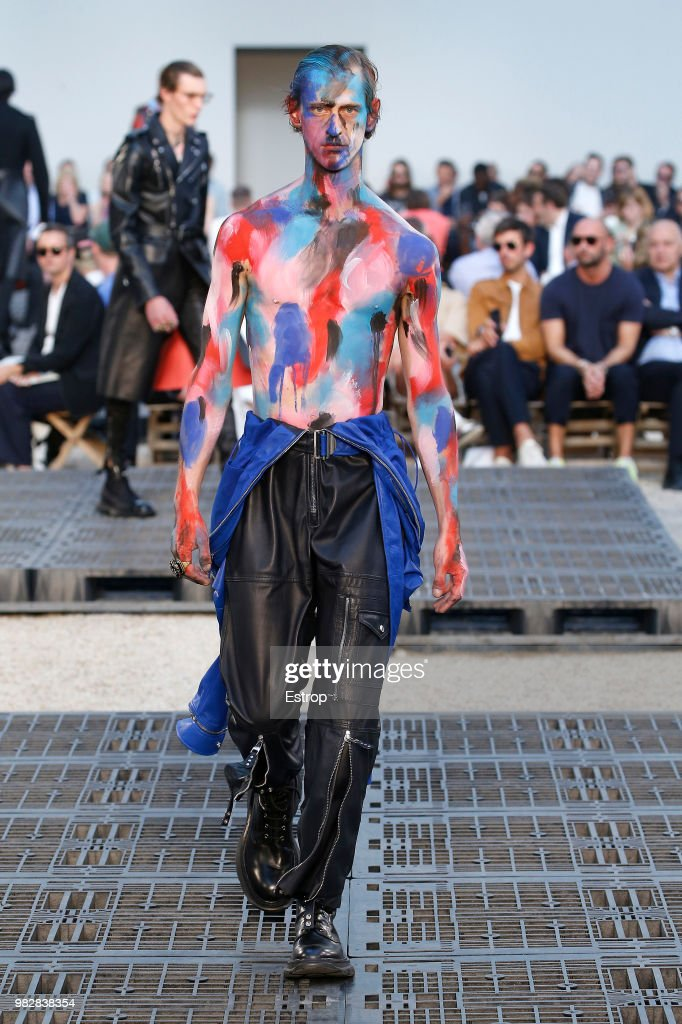 Alexander McQueen: Runway - Paris Fashion Week - Menswear Spring/Summer 2019 : Nachrichtenfoto