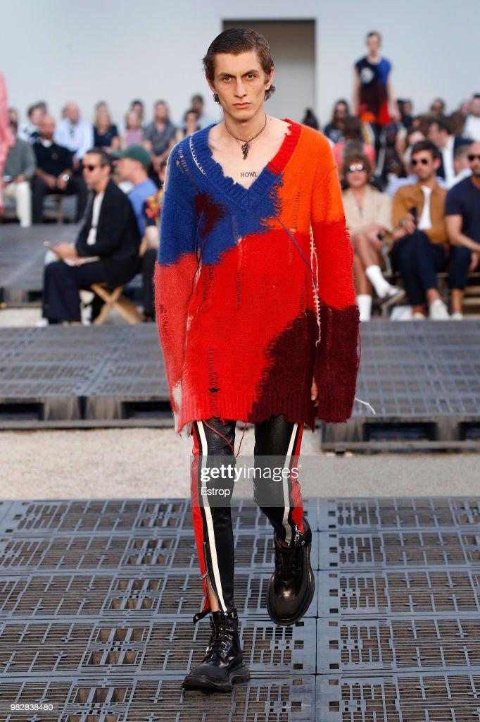 Alexander McQueen: Runway - Paris Fashion Week - Menswear Spring/Summer 2019 : ニュース写真