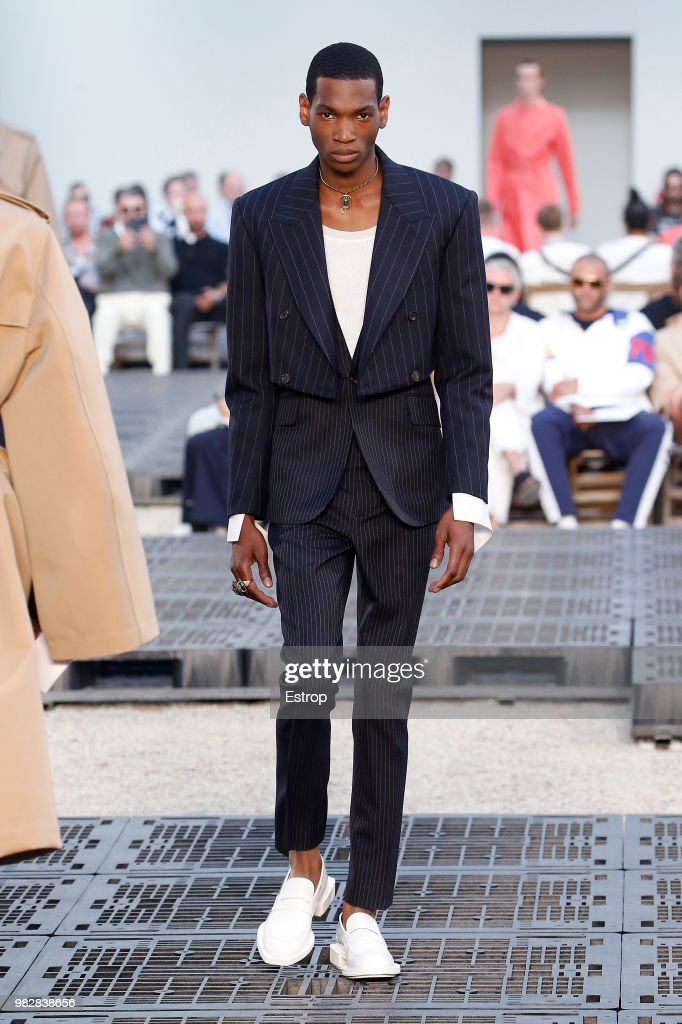 Alexander McQueen: Runway - Paris Fashion Week - Menswear Spring/Summer 2019 : News Photo
