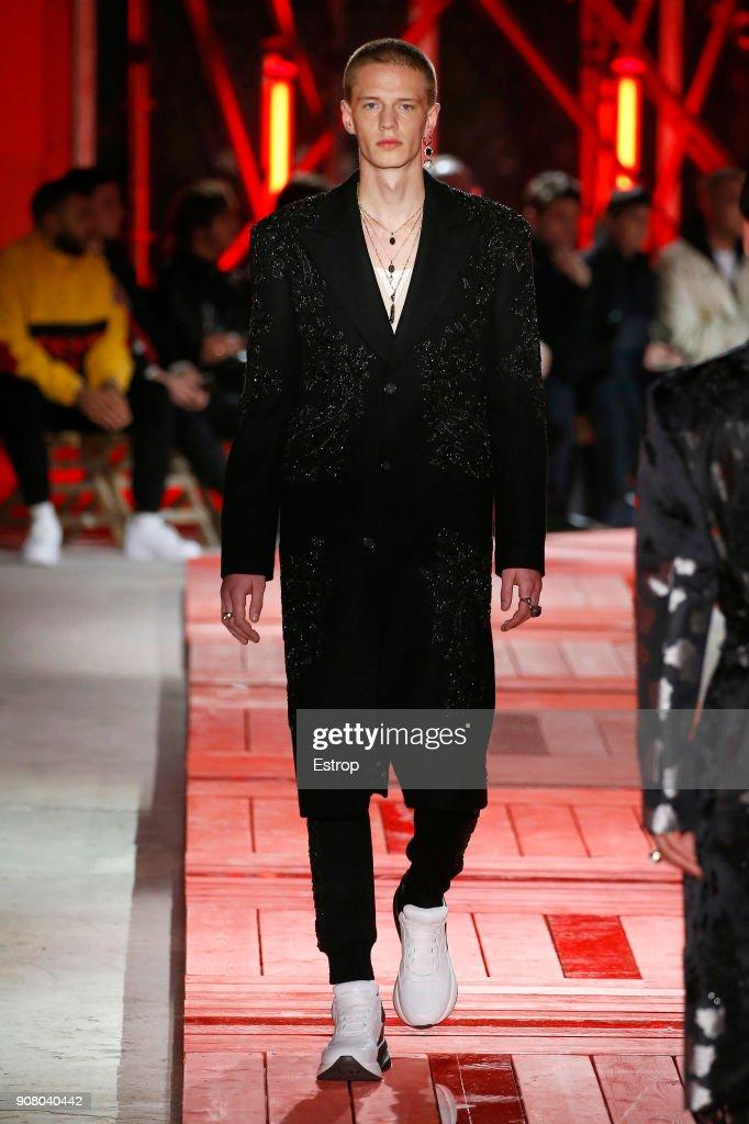 Alexander McQueen : Runway - Paris Fashion Week - Menswear F/W 2018-2019 : News Photo