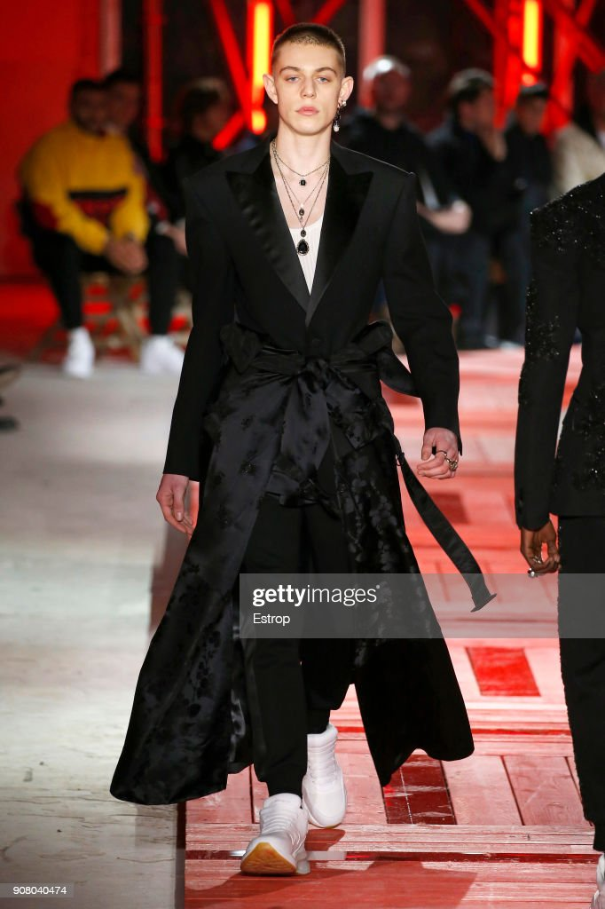Alexander McQueen : Runway - Paris Fashion Week - Menswear F/W 2018-2019 : News Photo