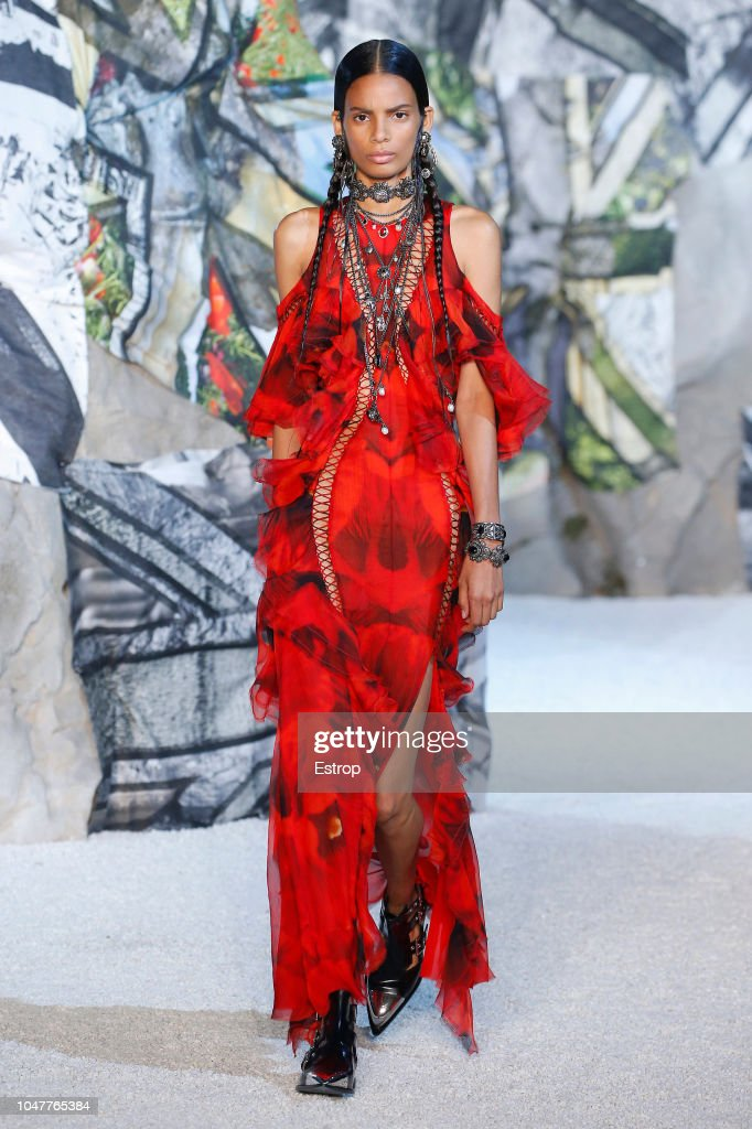 Alexander McQueen : Runway - Paris Fashion Week Womenswear Spring/Summer 2019 : ニュース写真