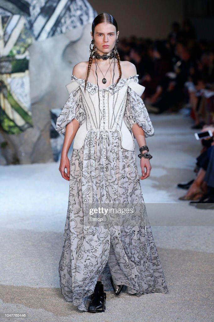 Alexander McQueen : Runway - Paris Fashion Week Womenswear Spring/Summer 2019 : ニュース写真