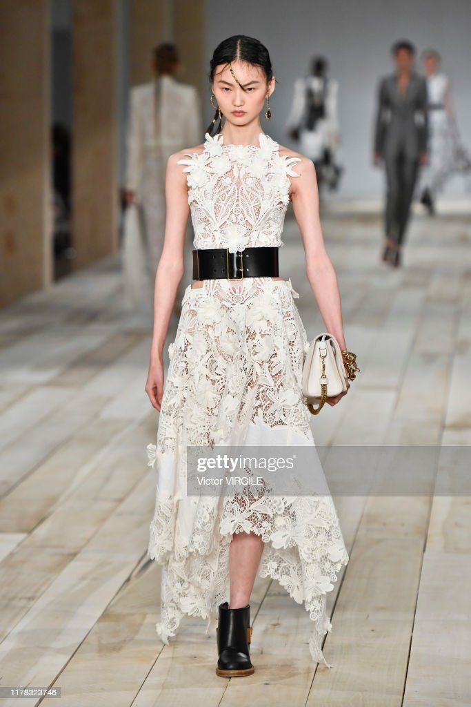 Alexander McQueen : Runway - Paris Fashion Week - Womenswear Spring Summer 2020 : News Photo
