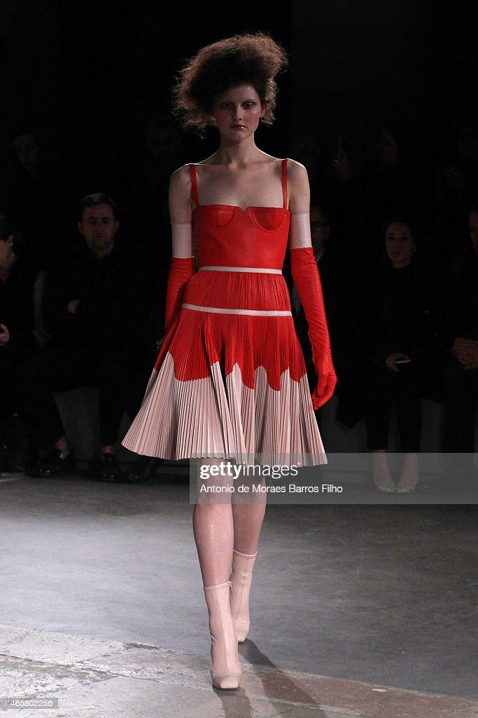 d5d85e076 Alexander McQueen   Runway - Paris Fashion Week Womenswear Fall Winter 2015  2016