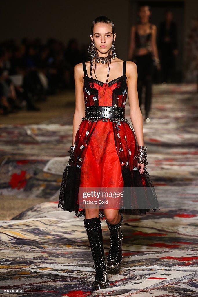 Alexander McQueen : Runway - Paris Fashion Week Womenswear Spring/Summer 2017 : News Photo