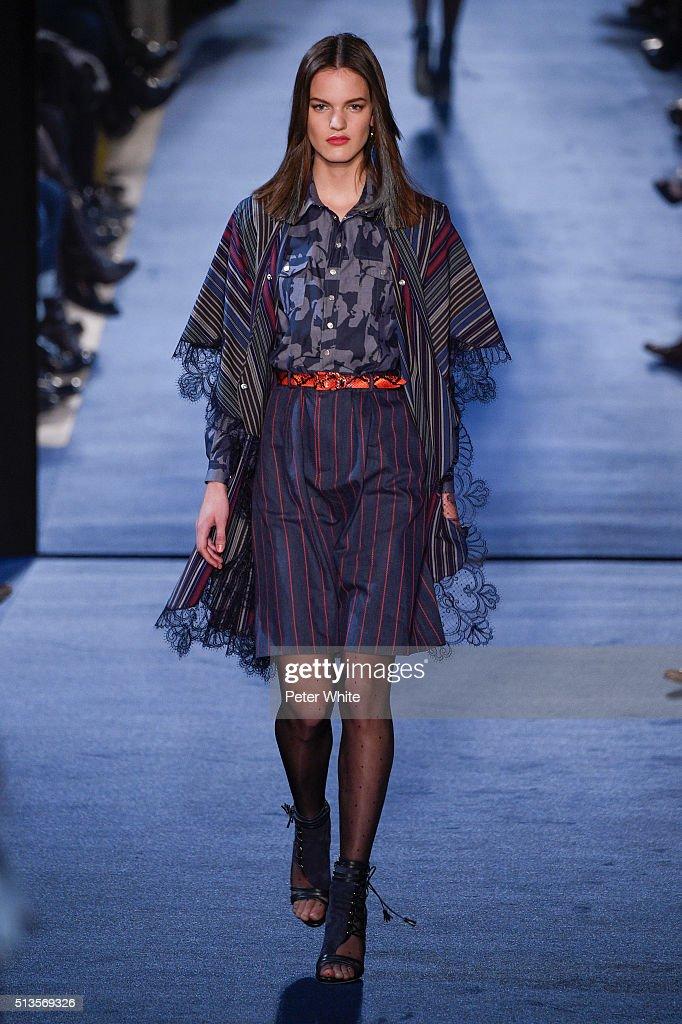 Alexis Mabille : Runway - Paris Fashion Week Womenswear Fall/Winter 2016/2017 : News Photo