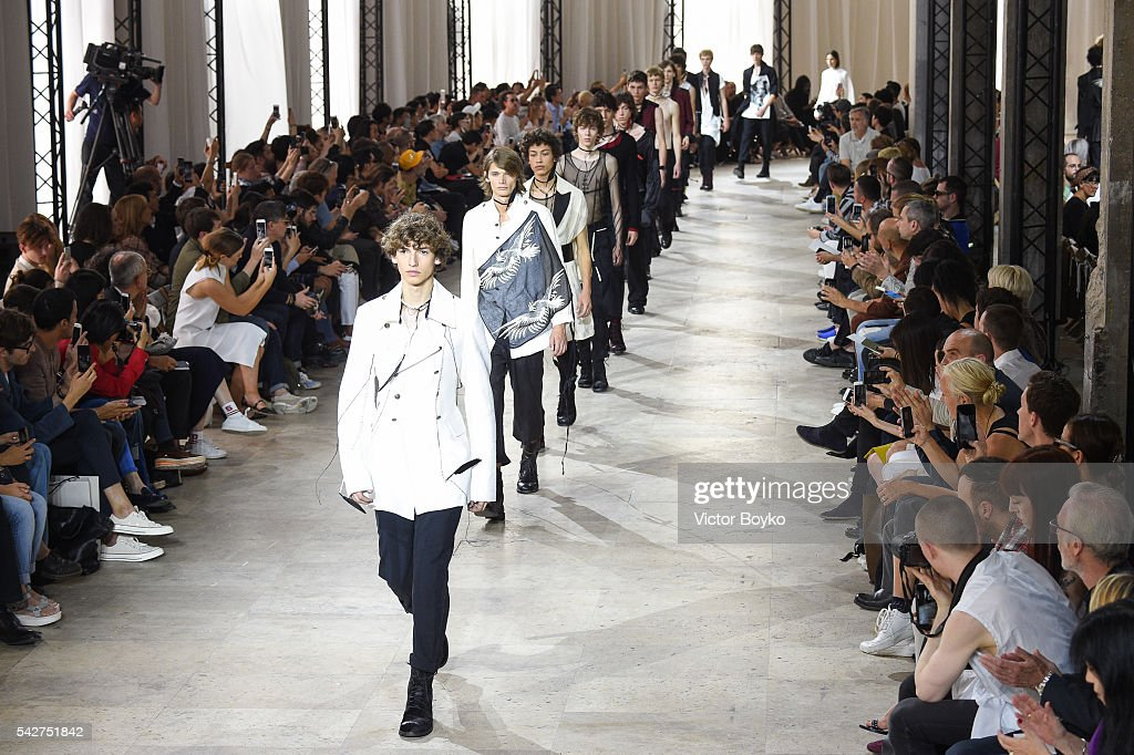 Ann Demeulemeester : Runway - Paris Fashion Week - Menswear Spring/Summer 2017 : News Photo