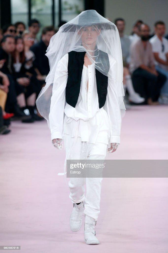Ann Demeulemeester: Runway - Paris Fashion Week - Menswear Spring/Summer 2019 : ニュース写真