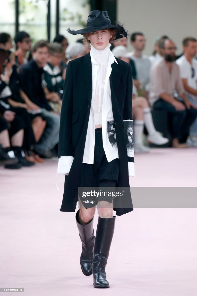 Ann Demeulemeester: Runway - Paris Fashion Week - Menswear Spring/Summer 2019 : News Photo