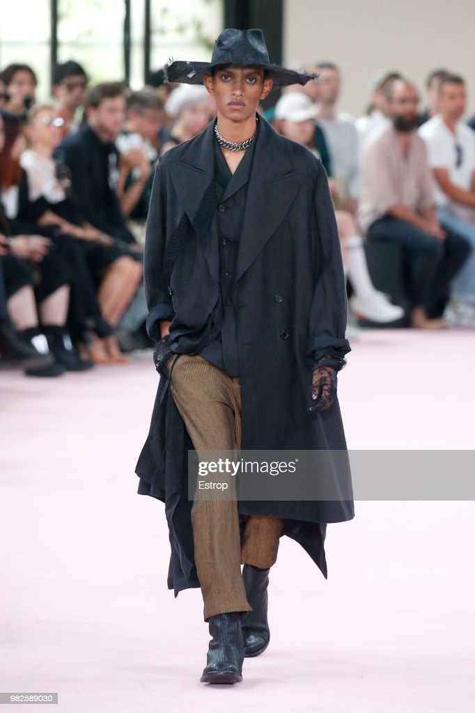 Ann Demeulemeester: Runway - Paris Fashion Week - Menswear Spring/Summer 2019 : News Photo
