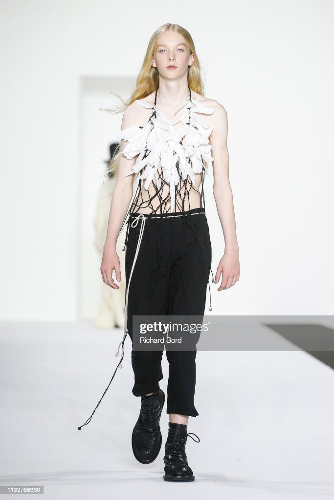 Ann Demeulemeester : Runway - Paris Fashion Week Womenswear Fall/Winter 2019/2020 : ニュース写真
