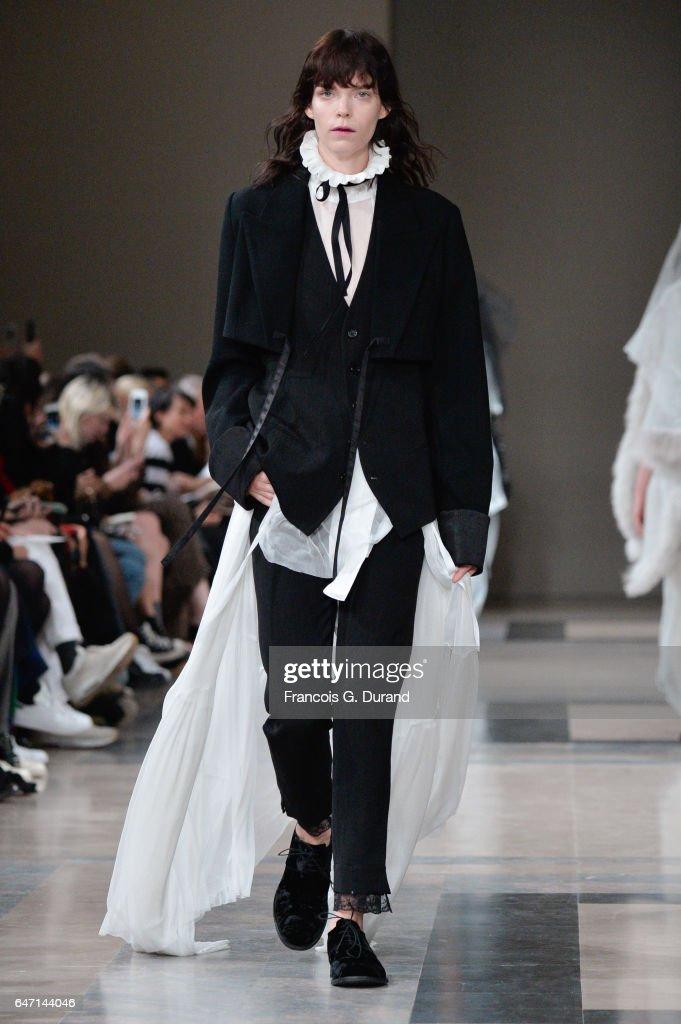 Ann Demeulemeester : Runway - Paris Fashion Week Womenswear Fall/Winter 2017/2018 : News Photo