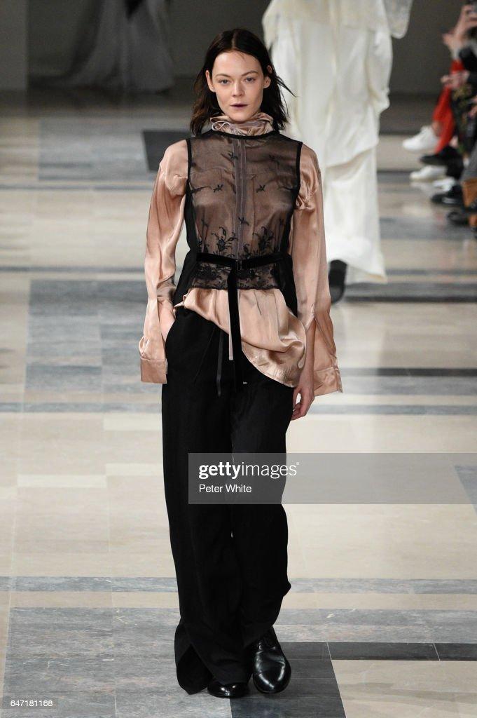 Ann Demeulemeester : Runway - Paris Fashion Week Womenswear Fall/Winter 2017/2018 : ニュース写真