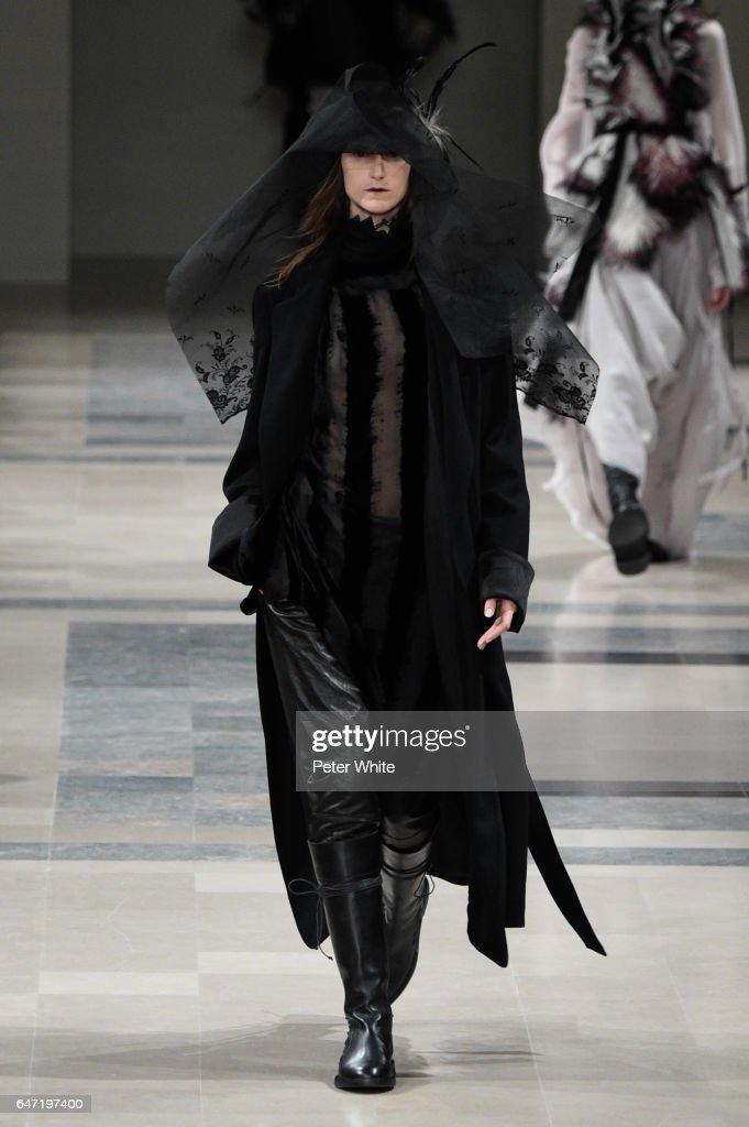 Ann Demeulemeester : Runway - Paris Fashion Week Womenswear Fall/Winter 2017/2018 : Foto jornalística