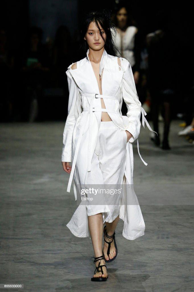 Ann Demeulemeester : Runway - Paris Fashion Week Womenswear Spring/Summer 2018 : ニュース写真