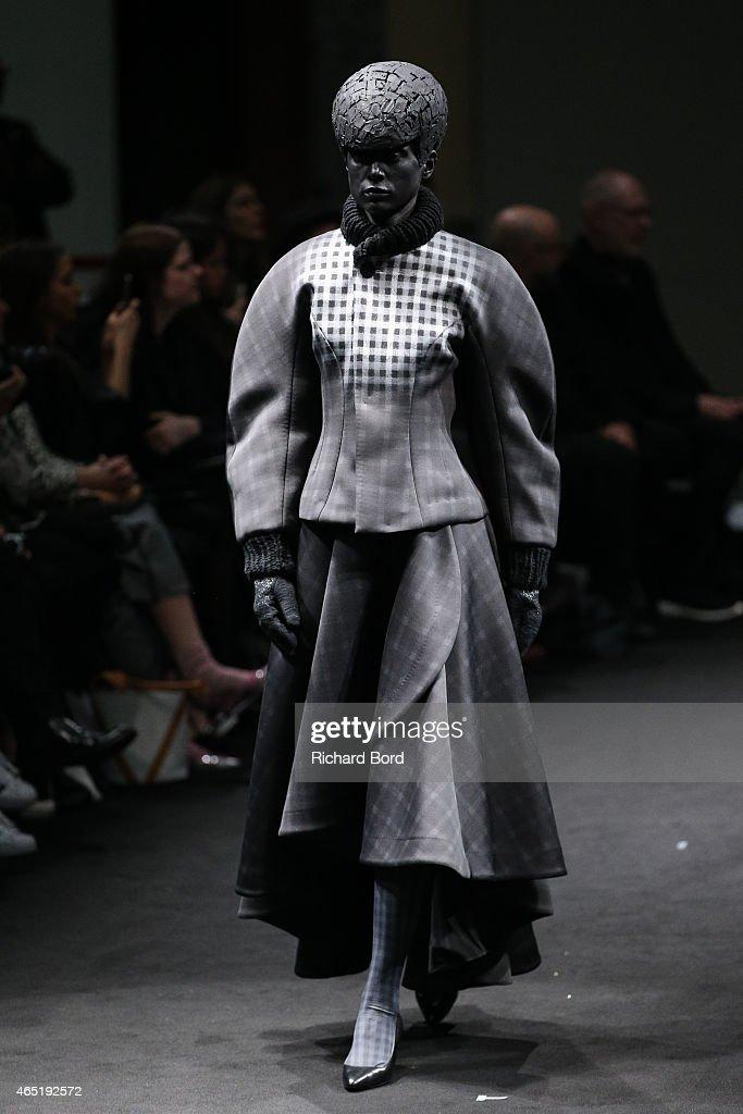 Anrealage : Runway - Paris Fashion Week Womenswear Fall/Winter 2015/2016 : News Photo