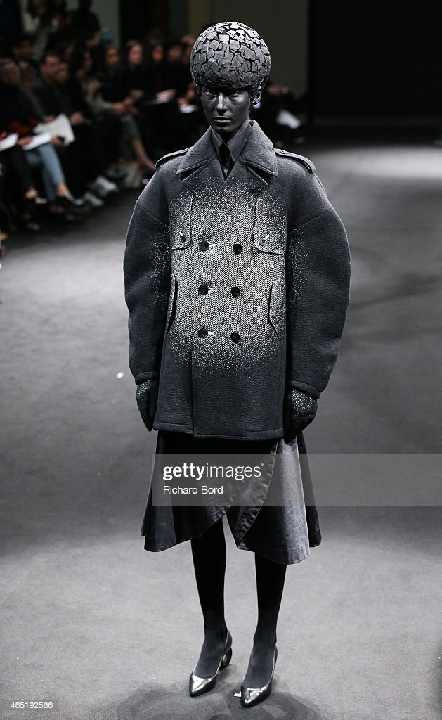 Anrealage : Runway - Paris Fashion Week Womenswear Fall/Winter 2015/2016 : News Photo