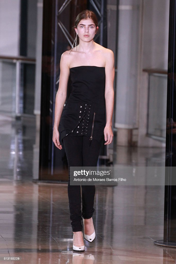 Anthony Vaccarello : Runway - Paris Fashion Week Womenswear Fall/Winter 2016/2017 : News Photo