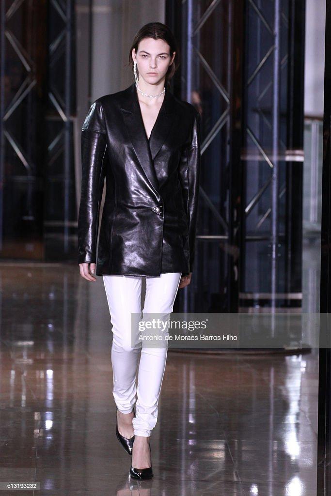 Anthony Vaccarello : Runway - Paris Fashion Week Womenswear Fall/Winter 2016/2017 : News Photo