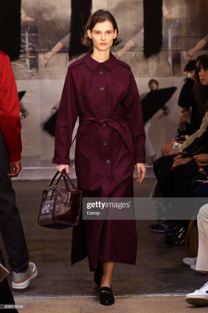 A.P.C : Runway - Paris Fashion Week Womenswear Fall/Winter 2018/2019 : ニュース写真