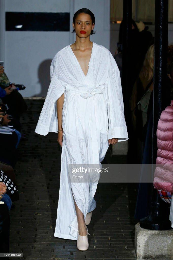 A.W.A.K.E : Runway - Paris Fashion Week Womenswear Spring/Summer 2019
